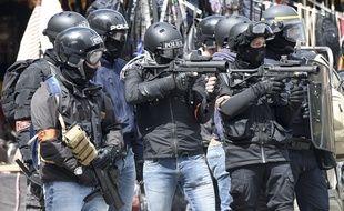 Des policiers pointent leurs armes de défense sur des manifestants lors de l'acte 26 des «gilets jaunes» le 12 mai à Nantes.