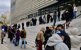 La longue file d'attente pour se faire dépister à l'IHU de Marseille.