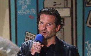 Bradley Cooper et son MTV Movie award à Los Angeles le 12 avril 2015