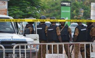 Les forces de police sécurisent le site à Ouagadougou, au Burkina Faso, où un attentat a eu lieu dimanche 13 août 2017.