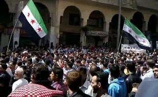 Des dizaines de milliers de Syriens ont manifesté vendredi à travers le pays pour tester l'engagement du régime à respecter le plan de paix international, mais le cessez-le-feu déjà précaire a été de nouveau menacé par la mort de huit personnes dans des violences