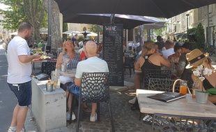Une terrasse dans le centre-ville d'Avignon