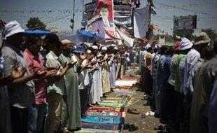 Des milliers de manifestants partisans du président islamiste déchu Mohamed Morsi célébraient jeudi au Caire l'Aïd el-Fitr, la fête de la fin du ramadan, défiant un appel du gouvernement intérimaire à se disperser au plus vite.