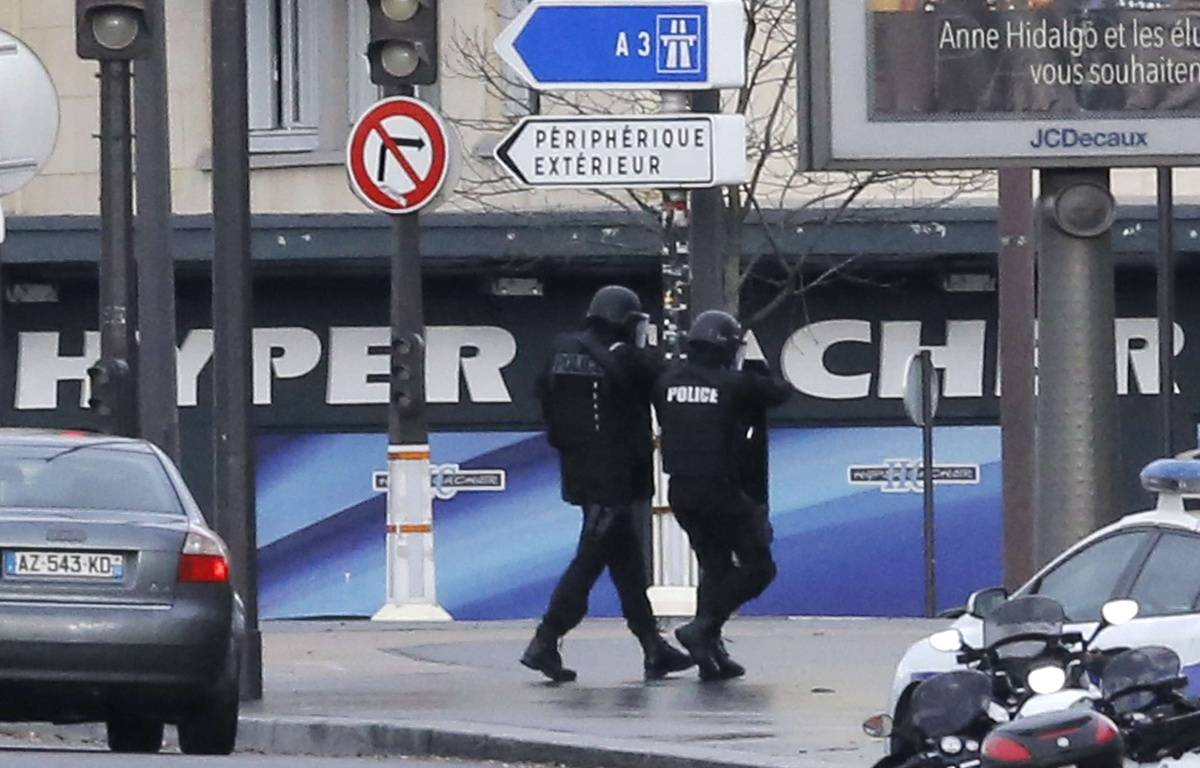 Des policiers devant l'Hyper Cacher de la porte de Vincennes, le 9 janvier 2015. –  Francois Mori/AP/SIPA