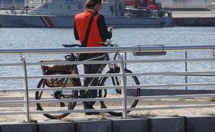 Un cycliste au port du Havre, point d'arrivée de cette future véloroute Paris-Le Havre.