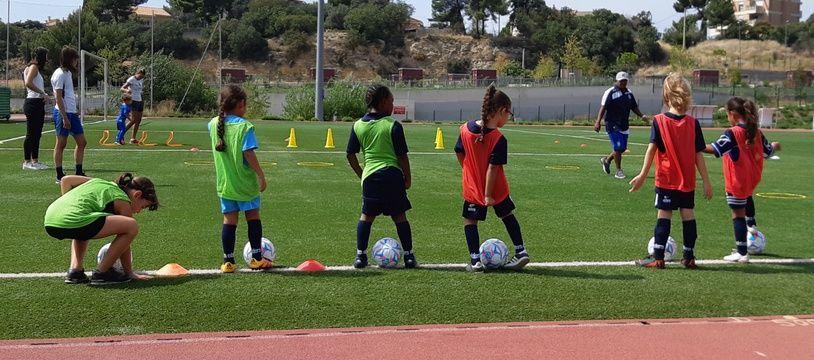 Des petites filles participent à leur premier entraînement de football.