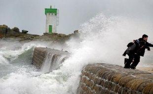 La moitié nord de la France se prépare à affronter une forte tempête arrivant lundi soir par l'Ouest, les autorités multipliant les mesures de précaution comme l'interdiction du trafic aérien en Ile-de-France.