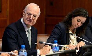 L'émissaire de l'ONU pour la Syrie Staffan de Mistura (g), le 13 janvier 2016 à Genève