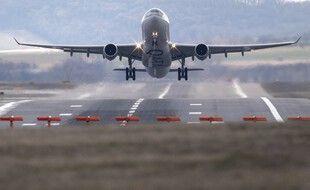 Un avion Airbus de la compagnie aérienne Qatar Airways décolle depuis l'aéroport de Vienne, le 28 février 2020.