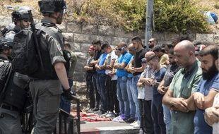 Des hommes font face aux policiers israéliens, qui interdisent aux hommes de moins de 50 ans d'accéder à la vieille ville de Jérusalem