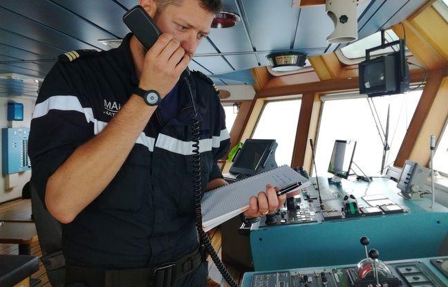 Des marins français communiquent avec leurs homologues italiens.