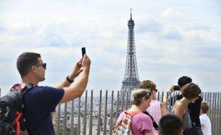Des touristes sur le toit de l'Arc de Triomphe, à Paris, le 28 juin 2017.