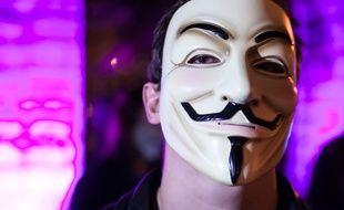 Illustration: un homme porte un masque des Anonymous à Londres en novembre 2013.