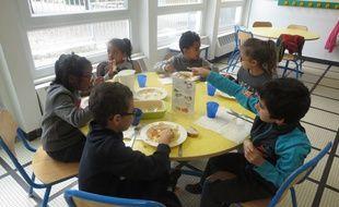 Enfants à la cantine en Loire-Atlantique