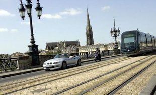 Le tramway de Bordeaux, qui fête ses dix ans samedi, a été le premier à fonctionner, dans son centre historique, grâce à un système d'alimentation par le sol (APS), donc sans câbles aériens.