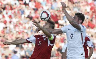 Olivier Giroud et Lorik Cana au duel lors d'Albanie-France (1-0), le 13 juin 2015.
