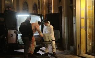 Florence (Italie), le 9 janvier 2016. Les services de police évacuent le corps d'Ashley Olsen, découverte morte dans son appartement.