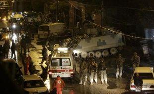 Des forces de sécurité libanaises se rassemblent devant un café visé par une attaque suicide le 10 janvier 2015 à Tripoli, au Liban
