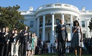 Le président américain Barack Obama et son épouse Michelle Obama observent une minute de silence dans les jardins de la Maison Blanche à Washington, le 11 septembre 2015