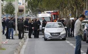 Des policiers et des pompiers sur les lieux où un policier a été gravement blessé à la tête, le 5 octobre 2015 à Saint-Ouen