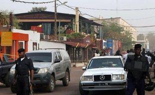 Des policiers se tiennent aux abords du restaurant La Terrasse à Bamako, le 7 mars 2015 au lendemain d'une attaque qui a fait au moins 5 morts dont un Français