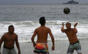 Des Brésiliens jouent au football sur la plage de Copacabana, à Rio de Janeiro, le 21 juillet 2016