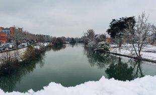 Vue sur la Garonne, jour de neige à Toulouse le 8 février 2018.