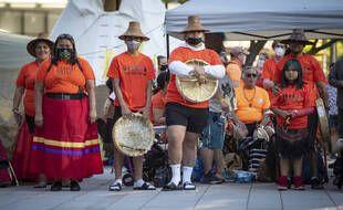 Une cérémonie était organisée le 21 juin 2021 à la mémoire des 215 enfants autochtones dont les restes ont été retrouvés enterrés d'un ancien pensionnat au Canada.