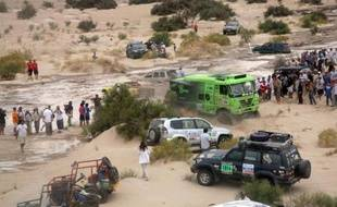 """Pour la deuxième fois depuis le départ de Lima le 5 janvier, la nature a joué des tours au 34e Dakar et la 11e étape La Rioja-Fiambala en Argentine a dû être interrompue pour les autos en raison de la subite montée des eaux de deux rivières sur le parcours de la """"spéciale"""", alors que les motos étaient passées deux heures avant les 4 roues."""
