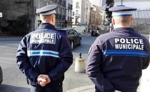 Des policiers municipaux à proximité de la mairie de Nantes.