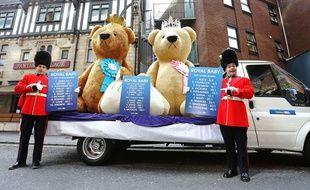 Des ours en peluche géant devant l'hôpital Saint Mary, à Londres, le 1er mai 2015.