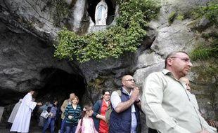 Des chrétiens du Moyen-Orient en procession dans la grotte de Massabielle à Lourdes, le 3 mai 2015