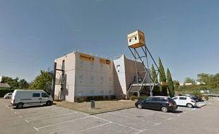 is re g n ration identitaire squatte le toit d un futur centre pour exil s. Black Bedroom Furniture Sets. Home Design Ideas