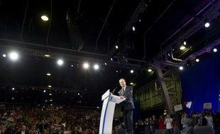 """Pour sortir d'une crise économique qui """"déstabilise les Etats"""", François Hollande a promis s'il est élu le 6 mai de combattre """"sans faiblesse"""" un """"monde de la finance"""" érigé en """"adversaire"""", de s'attaquer aux """"privilèges"""" fiscaux et de relancer l'idée européenne."""