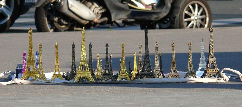 Des tours Eiffel souvenirs vendus à la sauvette à Paris. (Illustration)