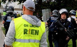 Des «gilets jaunes» devant la police le 18 mai à Reims