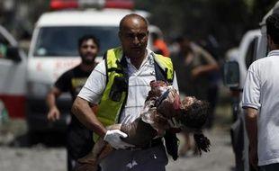 Un médecin palestinien évacue le corps d'une petite fille à Chajaya, en banlieue de Gaza, pilonnée le 20 juillet 2014