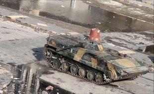Les observateurs de la Ligue arabe ont débuté mardi leur mission en Syrie en se rendant à Homs, bastion de la révolte contre le régime, où quelque 30.000 personnes manifestaient au lendemain de la mort de plus de 30 civils tués par les forces gouvernementales, selon des militants.