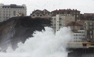 De fortes vagues ont brièvement inondé mardi matin le casino Barrière de la Grande plage de Biarritz et un spa à Saint-Jean-de-Luz, mais n'ont causé aucun dégât majeur dans trois départements du littoral sud-ouest où la vigilance orange vague-submersion a été levée.