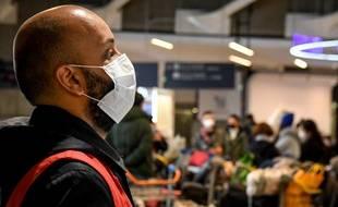Un agent de l'aéroport de Roissy Charles de Gaulle porte un masque par précaution.