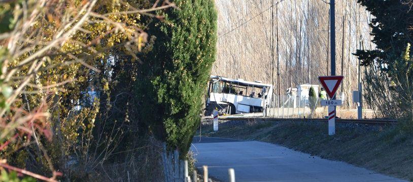 A Millas, un bus scolaire a percuté un train sur un passage à niveau.