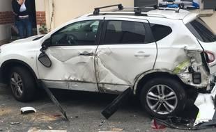 Cette voiture d'un Yonnais a été projetée devant la porte d'entrée de son domicile.
