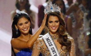 Iris Mittenaere est couronnée miss Univers, le 30 janvier 2017, par la gagnante de l'an dernier, la Philippine Pia Alonzo Wurtzbach.