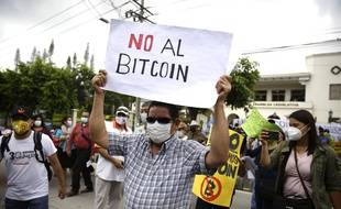 Des manifestants s'opposent au bitcoin comme monnaie légale, au Salvador le 1er septembre 2021.