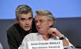 Le nouveau secrétaire général de Force Ouvrière Yves Veyrier au côté de son prédécesseur Jean-Claude Mailly, le 18 février 2011.
