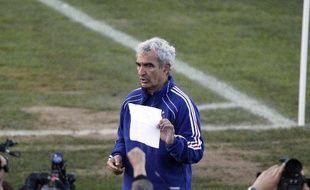 Le sélectionneur de l'équipe de France, Raymond Domenech, lors de la lecture devant la presse du communiqué des joueurs réclamant le retour de Nicolas Anelka chez les Bleus, le 20 juin 2010 à Knysna (Afrique du sud).