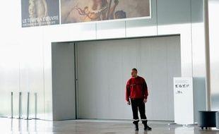 """L'inscription au feutre noir sur le tableau de Delacroix, """"La liberté guidant le peuple"""", pour laquelle une femme est en garde à vue depuis jeudi, pourra être """"assez facilement"""" effacée, a estimé vendredi le directeur du Louvre-Lens, Xavier Dectot."""