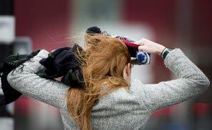 Une jeune femme rousse, les cheveux dans le vent