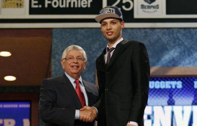 Le basketteur français Evan Fournier (à dr.) lors de la draft NBA, le 28 juin 2012 à Newark.