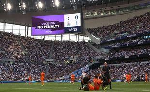 Le VAR, ici en action lors du match entre Tottenham et Newcastle, est utilisé en Premier League depuis cette saison.